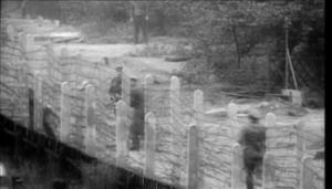 دو نفر بین دو طرف سیم خاردار گیر کردهاند و سربازان آلمان شرقی در پی برگرداندن و یا کشتن آنها هستند